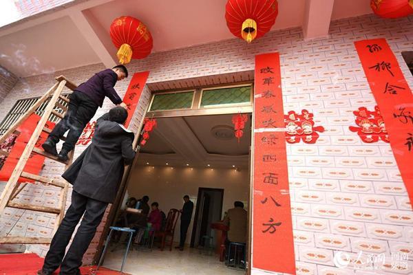 农历腊月二十四,河南信阳市商城县冯店乡村民张俊在大喜之日,满怀深
