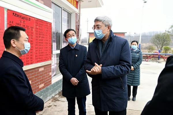 尹弘在信阳检查疫情防控工作时强调:落实落细防控措施 牢牢守住重要阵地