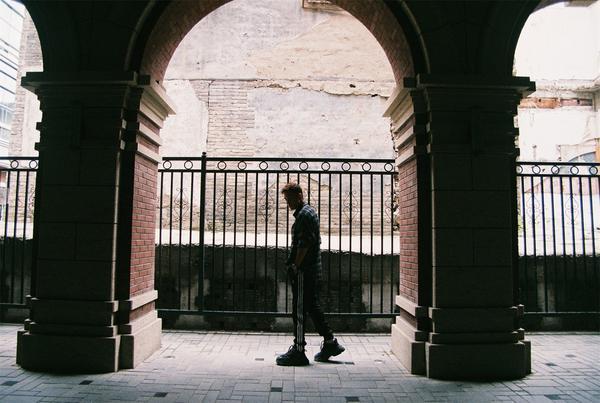蔡振廷街拍写真出炉 漫步街头尽显青春范儿