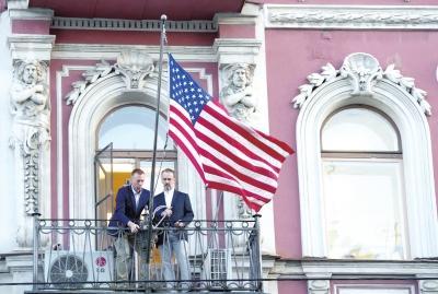 快3走势图今天:美国驻圣彼得堡领事馆关闭__工作人员摘下国旗