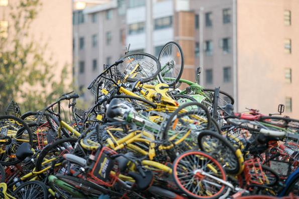 """郑州现共享单车""""坟墓"""" 数万辆单车堆积如山"""