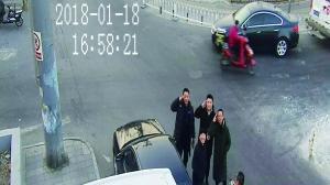 赌博开户:民警值守监控协助抓窃贼_前方战友对摄像头敬礼