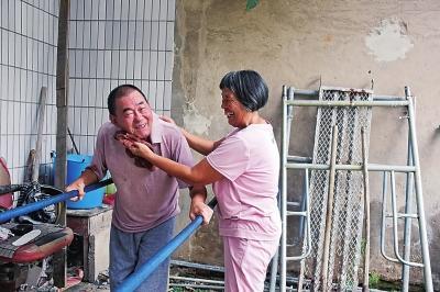 """北京赛车pk10正规网址:""""爱情扶手""""_28年见证奇迹发生_为了让瘫痪丈夫站起来_她搭5米长扶手陪丈夫做康复"""