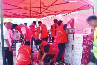 滴水之恩 郑州爱心市民捐出1000件矿泉水送给一线劳动者和路人