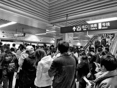 郑州限行首日早高峰:13万人乘地铁出行