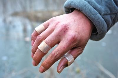 商丘男子一拳一拳砸开两三厘米厚冰层 救出4岁落水男童