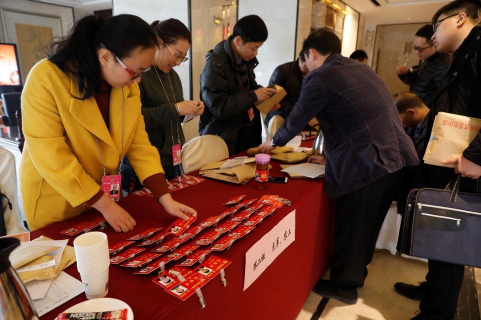 参加河南省政协十二届一次会议的委员报到