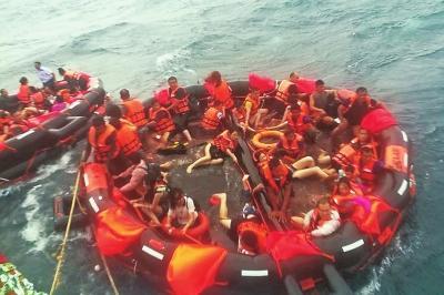 澳门国际在线娱乐:暴雨预警失事游船照常出海_5米高巨浪拍翻泰国游船