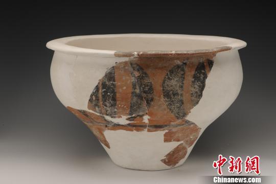 出土的彩陶盆。陕西省考古研究院 供图