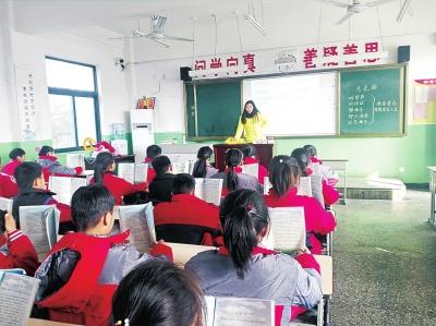 女教师尾椎损伤趴折叠床辅导学生 网友:暖哭了