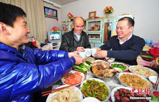 澳门真人线上赌博:春节年夜饭调查:花多少钱?_在哪儿吃?_吃什么?
