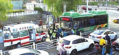 邓州街头出现暖心一幕:老人遇险 警民合力抬车救人