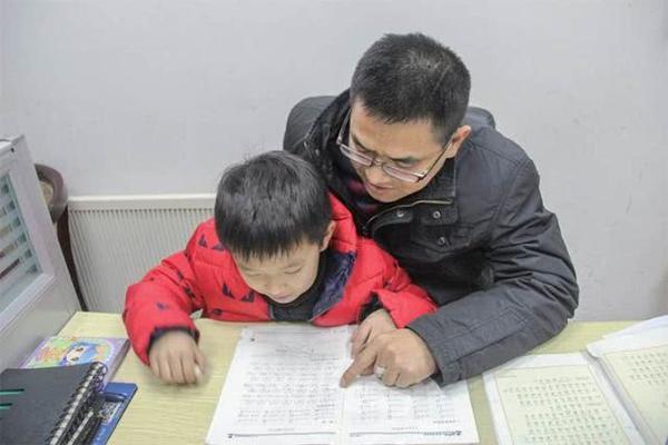 """厉害!陪孩子写作业,河南奶爸""""顺便""""拿下了教师证"""