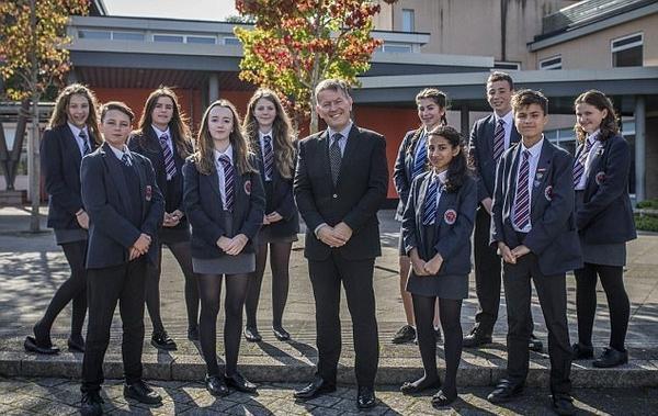 英国一中学10人通过门萨入会测试 2人得分超霍金