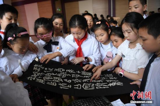 北京赛车计算方法如下:中小学图书馆新规:盗版及不适合中小学生出版物禁入