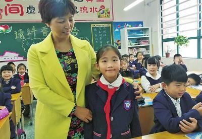 重庆时时彩手机软件:南阳小学生街头喂无臂流浪者吃面包,善举刷屏获赞!