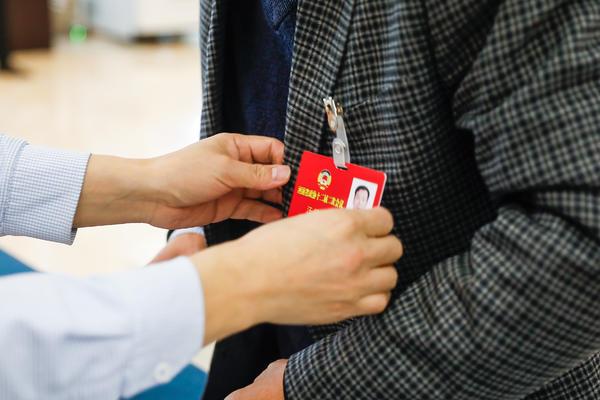 参加河南省政协十二届二次会议的委员报到