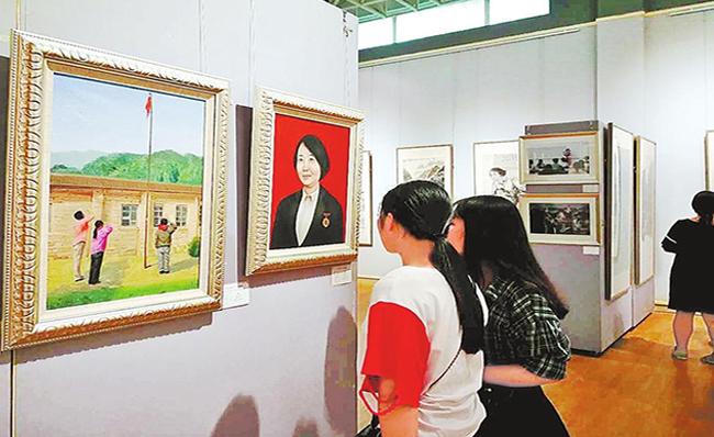 """""""学习李芳同志书画摄影作品展""""举行"""