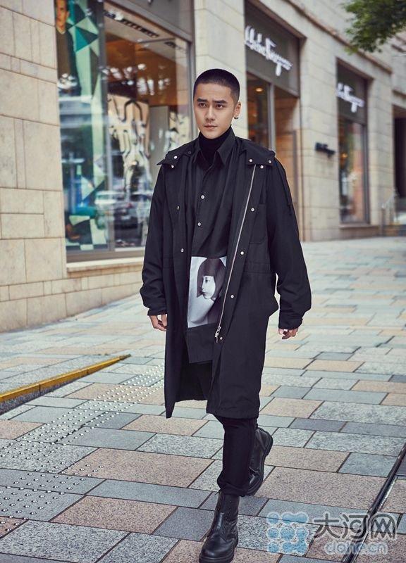 蒋劲夫漫步街头