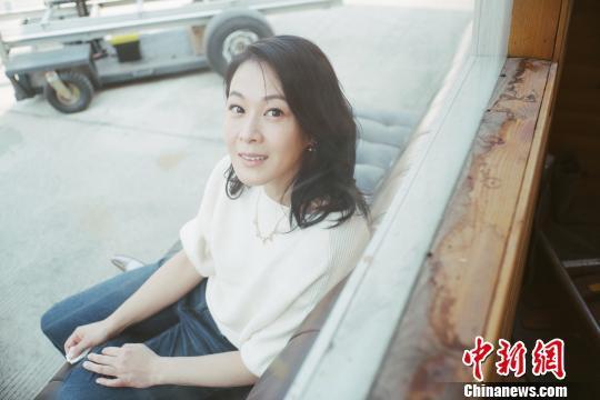 """图为:电影《相爱相亲》中""""王太太""""的扮演者刘若英。片方供图"""
