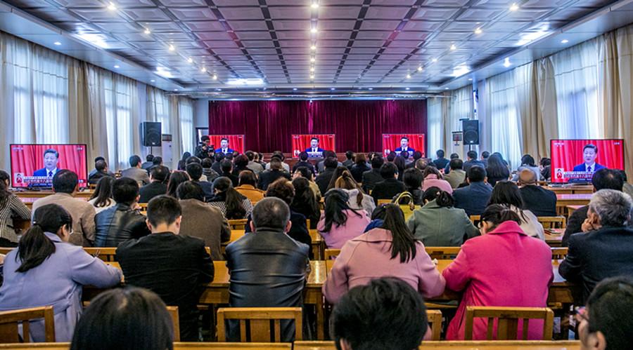 卢氏县党群干部在收听收看十九大开幕会