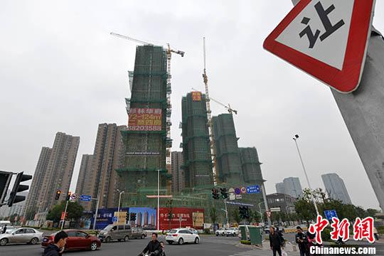资料图:福州一处商品房在建中。 中新社记者 吕明 摄