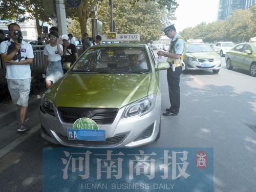 郑州交警专项整治金水路上违章停车 人在车上也得罚