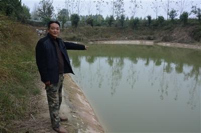 许昌7岁男孩儿不慎滑入坑塘 同村好汉下河将其救出
