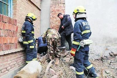 濮阳:男童被卡宽度仅约15厘米墙缝 消防人员破墙救人