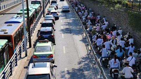 电动车上路也怕堵?郑州市民呼吁非机动车道要拓宽路口