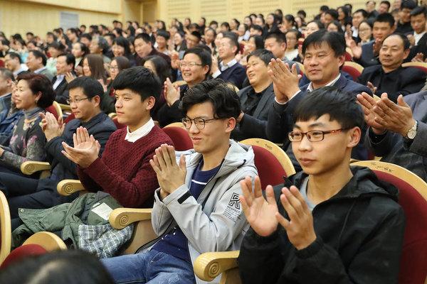 11月22日,省委书记、省人大常委会主任谢伏瞻在河南师范大学宣讲十九大精神,为师生上党课。