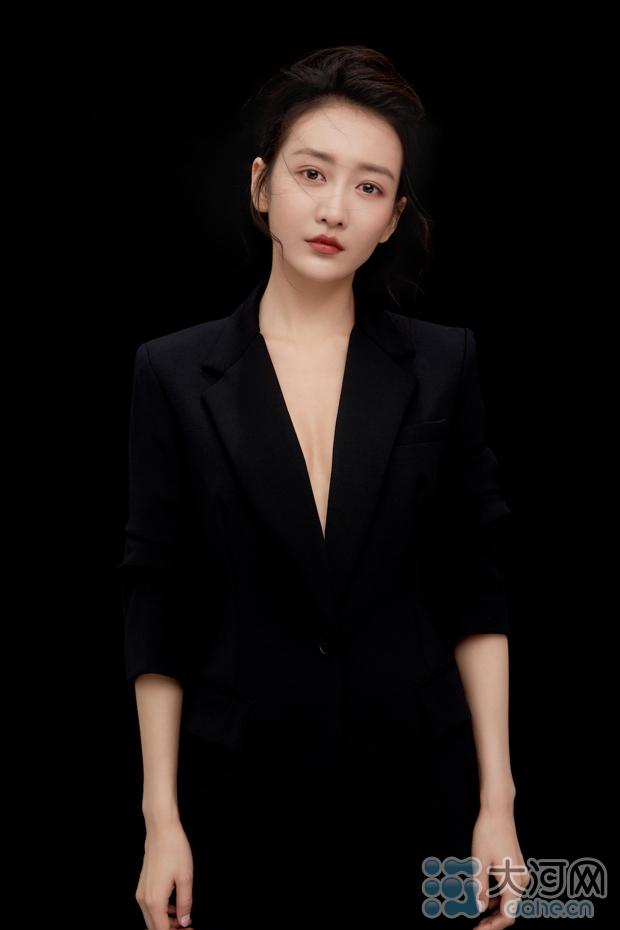 王鸥黑色西装硬朗干练 纯粹从容展英气之美3