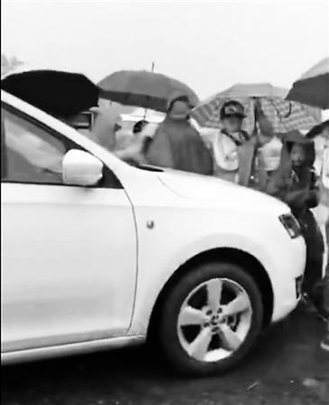 北京赛车最新赢钱技巧:女子开车顶推小学生抢行被罚_涉事女司机公开致歉
