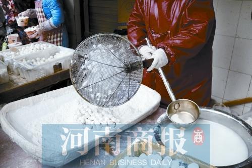 """郑州有个""""元宵西施"""" 88岁老奶奶雪"""