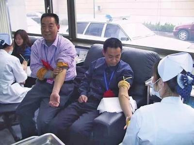 """""""熊猫侠""""父子多年来总献血量已超"""