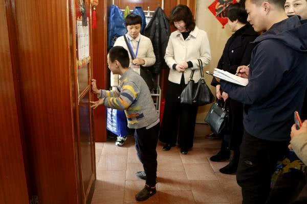 """郑州10岁男孩只能在""""一个人的教室"""""""