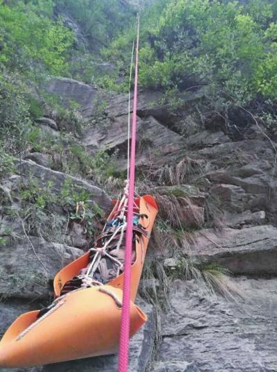 """焦作资深""""驴友""""登山不幸坠崖身亡 疑因抓着的树枝枝条枯朽断裂"""