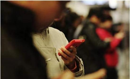 沉迷手机引发青少年情绪病?