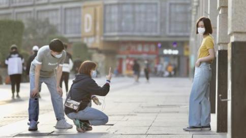 春分时节 春意盎然 郑州商业街逐渐恢复往日繁华