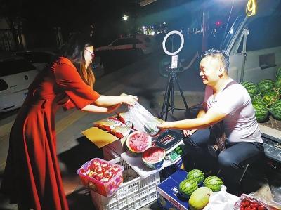 郑州一些郊县地摊儿经济如何?摊贩线上线下同时卖货忙