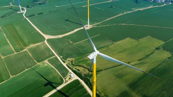 甲骨文爬上大风车!国内首创的彩色风车群惊现安阳