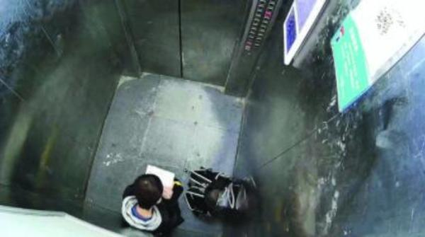 """被困小区电梯13岁男孩安心写作业 网友直呼""""太"""