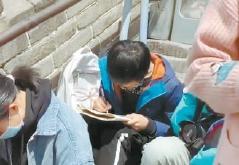 小男孩坐长城写作文引热议