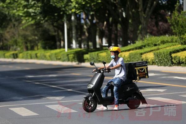 橙色预警!看郑州街头热浪中的劳动者