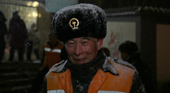 """棉帽变""""皮帽"""" 冰雪天气下的他们让人感动"""