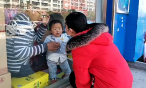陈瑞雪:与1岁儿子隔玻璃一吻令人泪目