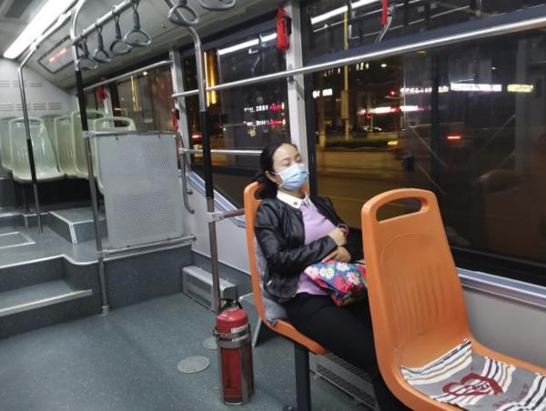 暖心!得知這位乘客的醫護人員身份后 車上專門給她備了一個靠枕